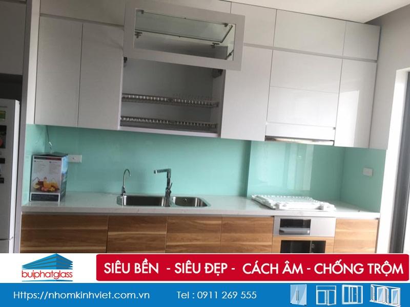 Lắp mẫu kính bếp màu trắng xanh đẹp tại số 79 Lê Văn Lương