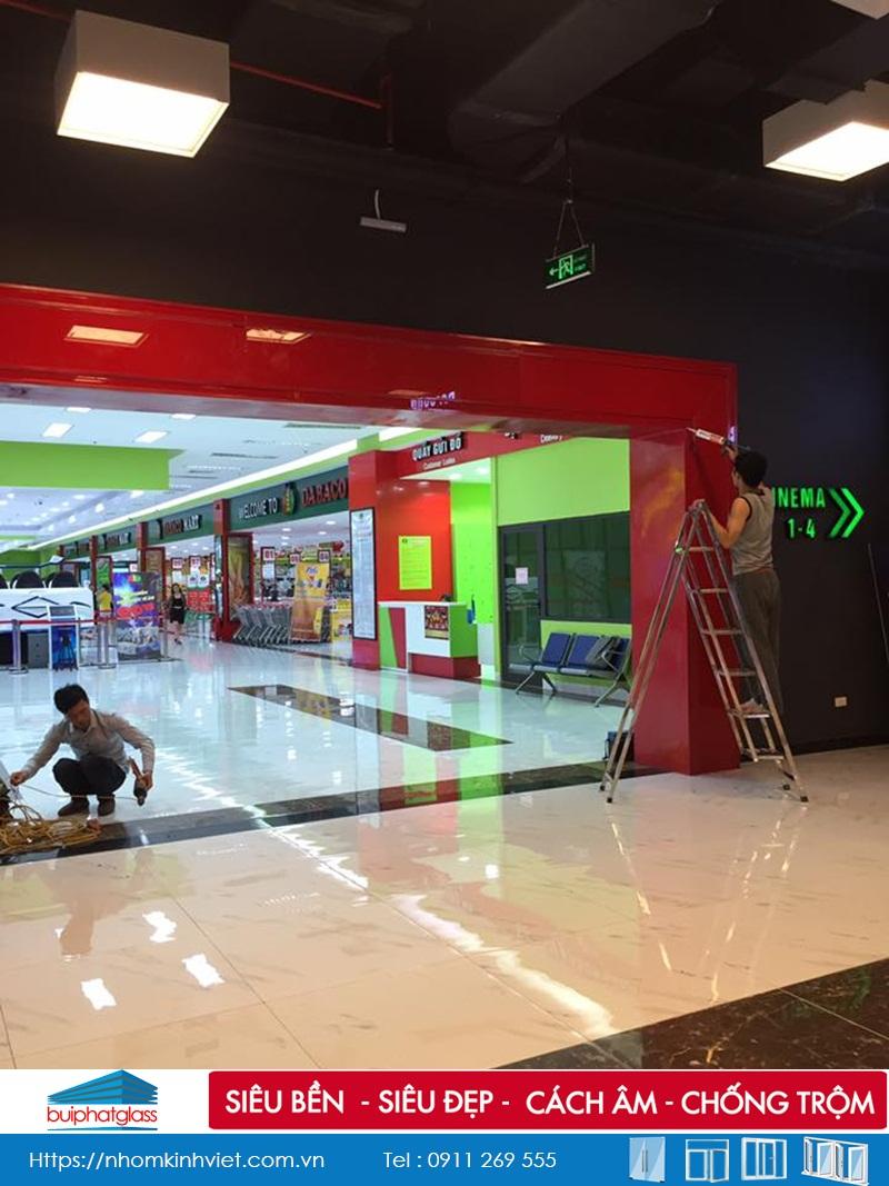 Thi công kính sơn màu ốp khung cửa tại TTTM DABACO Bắc Ninh
