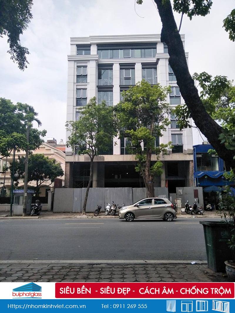 Lắp lan can kính ban công 4 tầng tại số 75 Trần Hưng Đạo