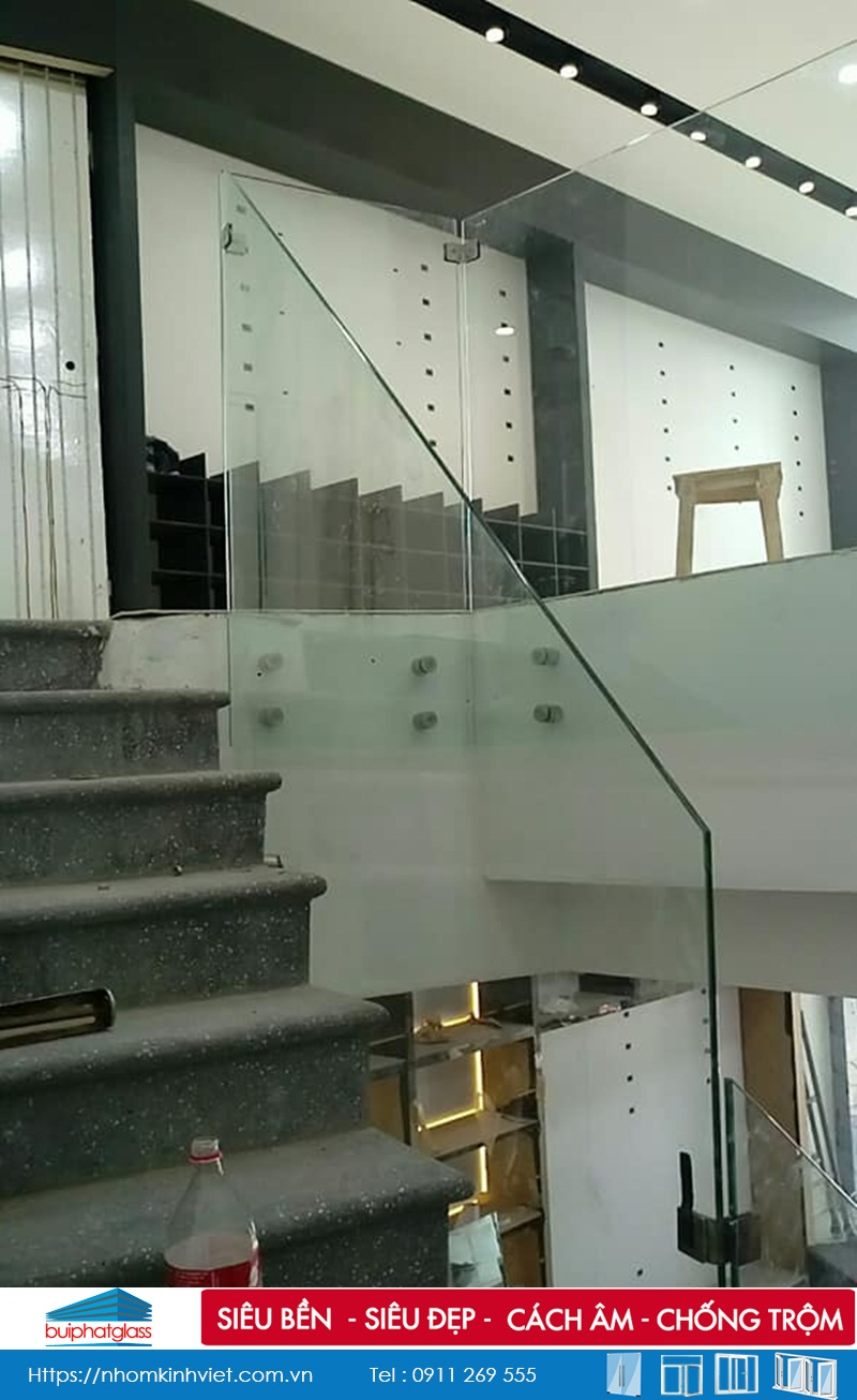 Thi công lan can kính cầu thang cho nhà phạ tại 319 Cầu Giấy