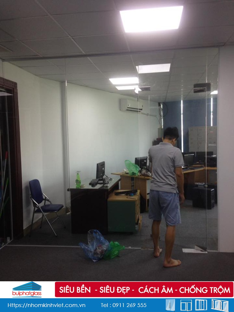 Hoàn thiện vách ngăn kính văn phòng tại 86 Lê Trọng Tấn