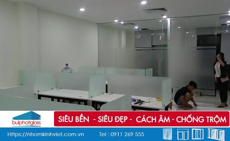 Thi công lắp vách ngăn kính văn phòng tại số 27 Đỗ Quang