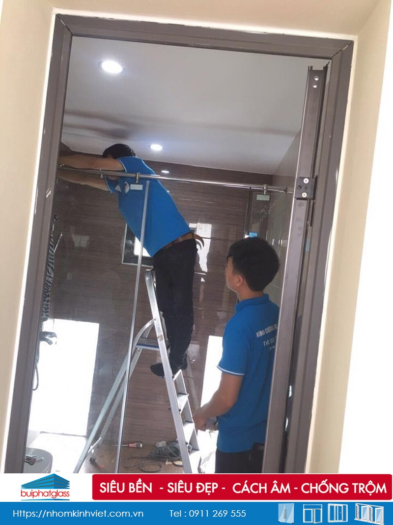 Lắp vách kính nhà tắm 3 tấm anh Quý Thạch Bàn Long Biên, HN