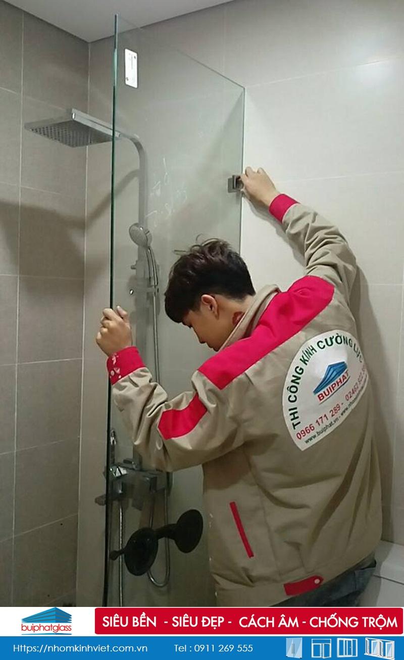 Thi công vách kính tắm vuông góc tại Mai Dịch Cầu Giấy