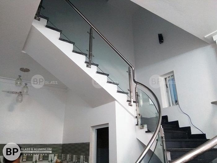 Cầu thang kính tay vịn inox đẹp thi công tại Hoàng Mai