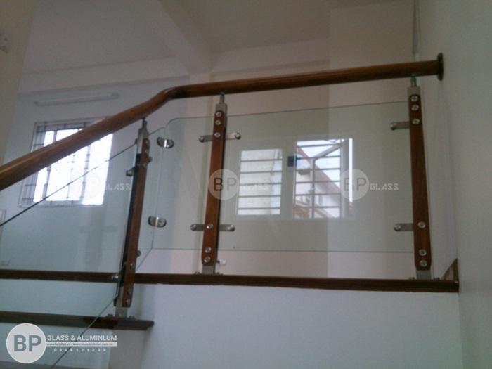Cầu thang kính mặt bậc gỗ Lim thi công tại Đống Đa