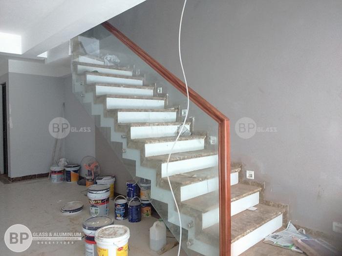 Cầu thang kính pad đôi DDT tay vịn gỗ Lim tại Hai Bà Trưng
