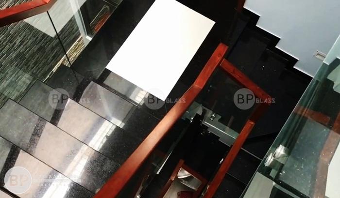 Cầu thang kính cường lực bắt hông đẹp thi công tại Nam Định