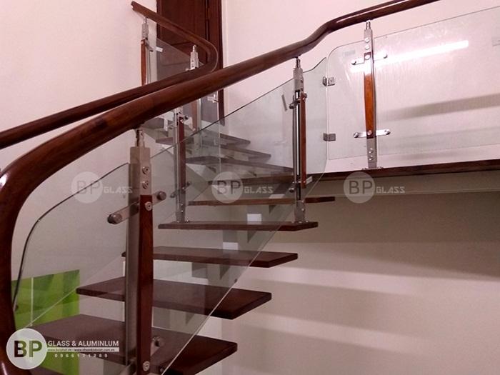 Mẫu cầu thang kính xương cá thép hộp thi công tại Hà Nam