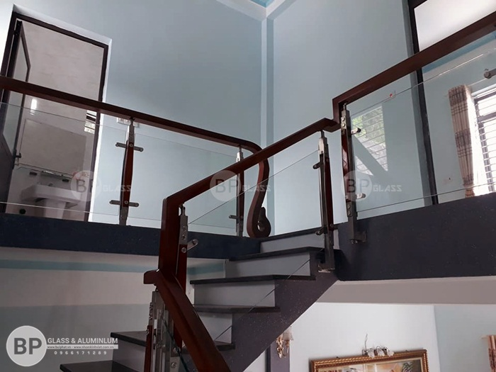 Cầu thang kính gỗ cường lực thi công tại Hải Phòng