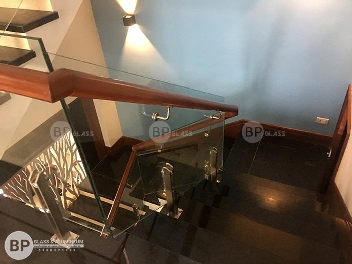 Cầu thang kính tay vịn gỗ thi công tại Ecopark Hưng Yên