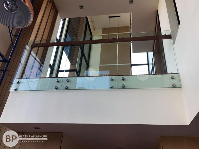 Cầu thang vách kính cường lực đẹp thi công tại Lạng Sơn