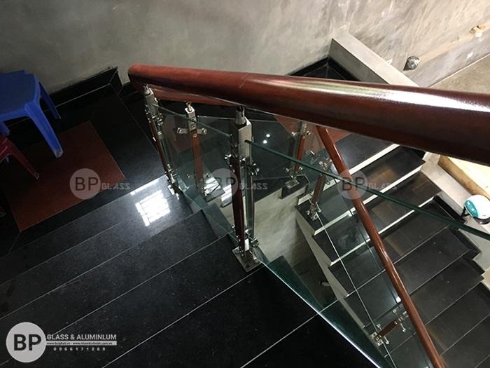 Cầu thang kính tay vịn gỗ thi công tại TP Bắc Ninh giá rẻ