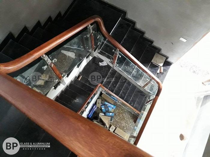 Cầu thang kính cường lực tay vịn gỗ lắp tại Bắc Ninh giá rẻ