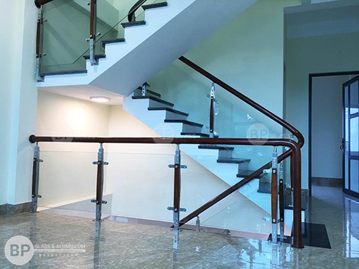 Thi công cầu thang kính tay vịn gỗ đẹp giá rẻ tại Gia Lâm