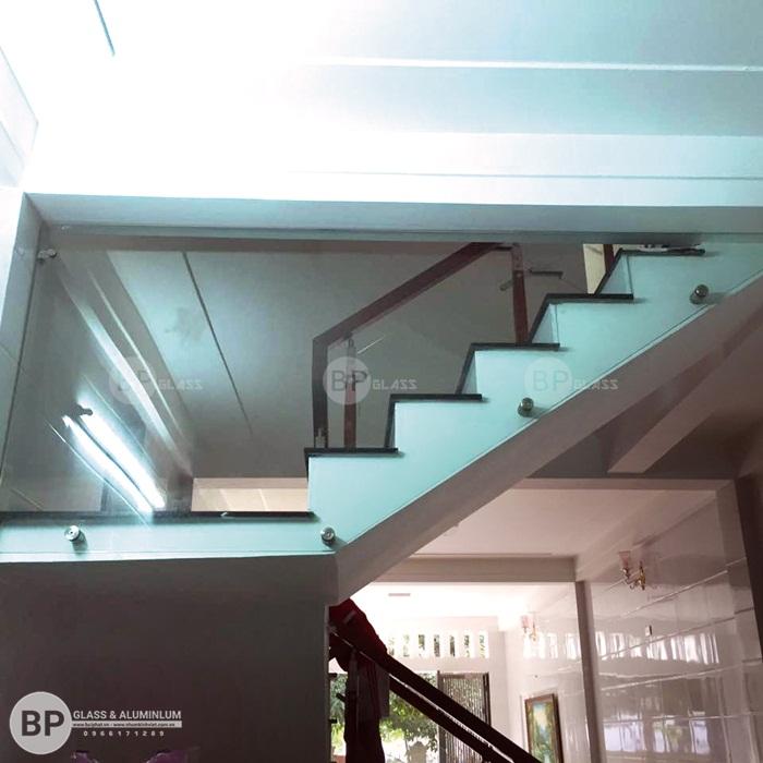 Lan can cầu thang kính tay vịn gỗ thi công tại Hưng Yên