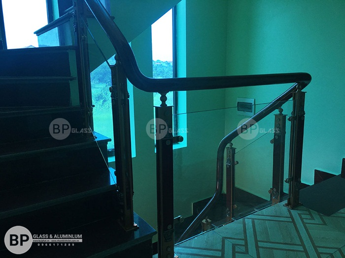 Cầu thang kính chân trụ hợp kim nhôm thi công tại Linh Đàm
