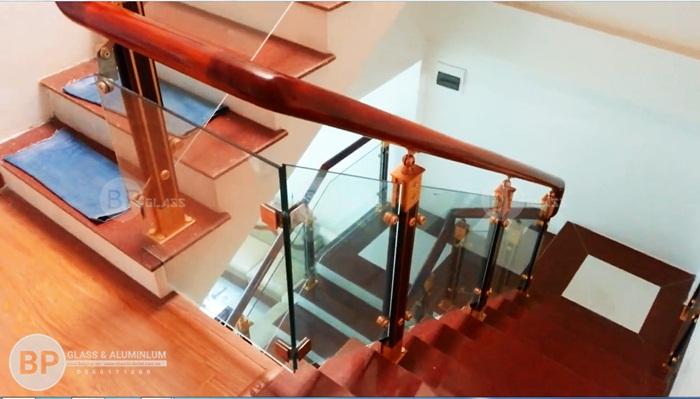 Cầu thang kính trụ hợp kim nhôm tay vịn gỗ Lim tại Long Biên