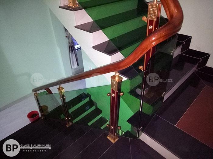 Cầu thang gỗ kính phôi xanh thi công tại Thành Phố Vĩnh Phúc