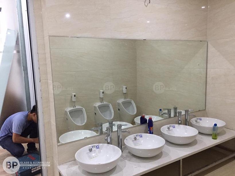 Lắp gương dán phòng tắm đẹp cho nhà chị Dung Lê Văn Lương
