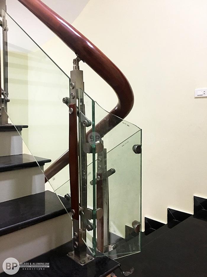 Cầu thang kính chân trụ inox 2 nẹp gỗ thi công tại Bắc Giang