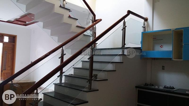 Lắp cầu thang kính đẹp cho nhà anh Hưng Hà Nội