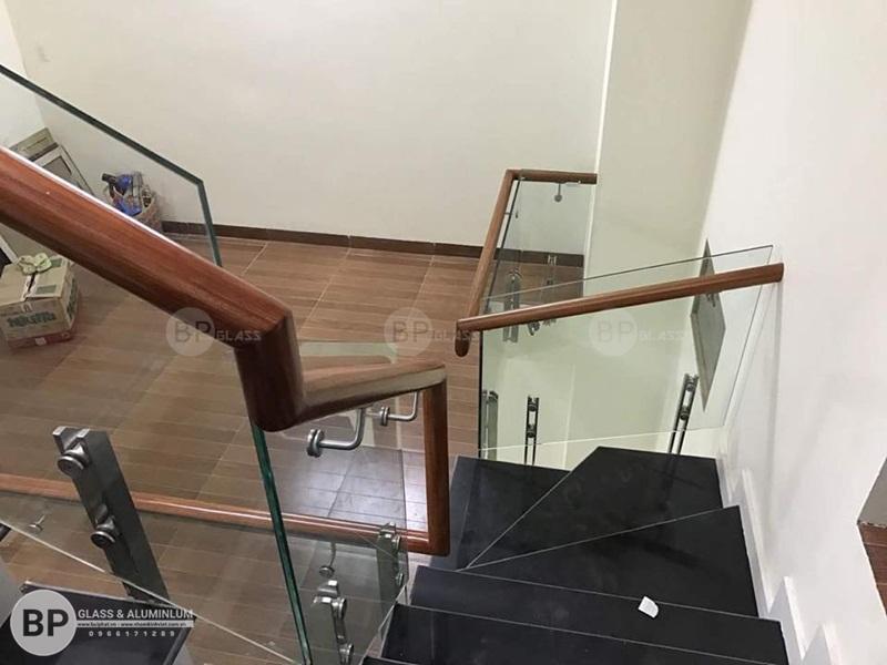Cầu thang kính trụ lửng nhà anh Hoàng Xuân Phương