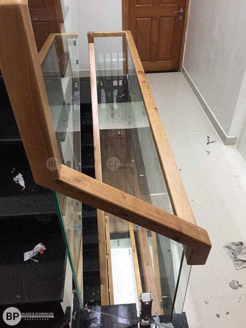 Cầu thang kính gỗ nhà anh Trung Hà Đông