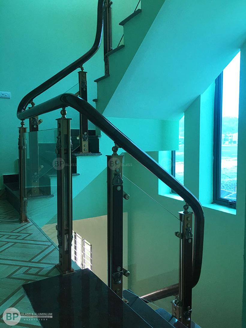Cầu thang kính cường lực nhà Anh Mão-Cầu Giấy
