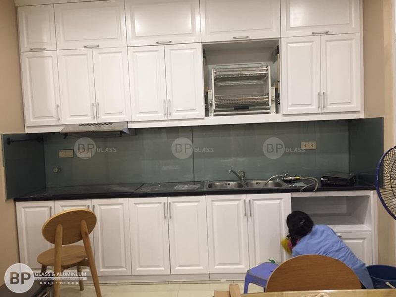 Lắp kính ốp bếp màu ghi đẹp cho chị Nguyệt Trung Yên Plazza