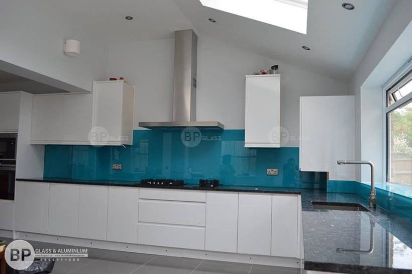 Kính bếp màu xanh nước biển chị Nga Nhổn
