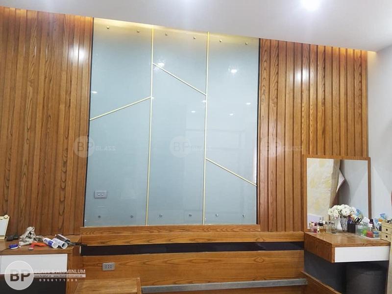 Lắp kính màu ốp tường trang trí cho căn hộ nhà Bác Mão