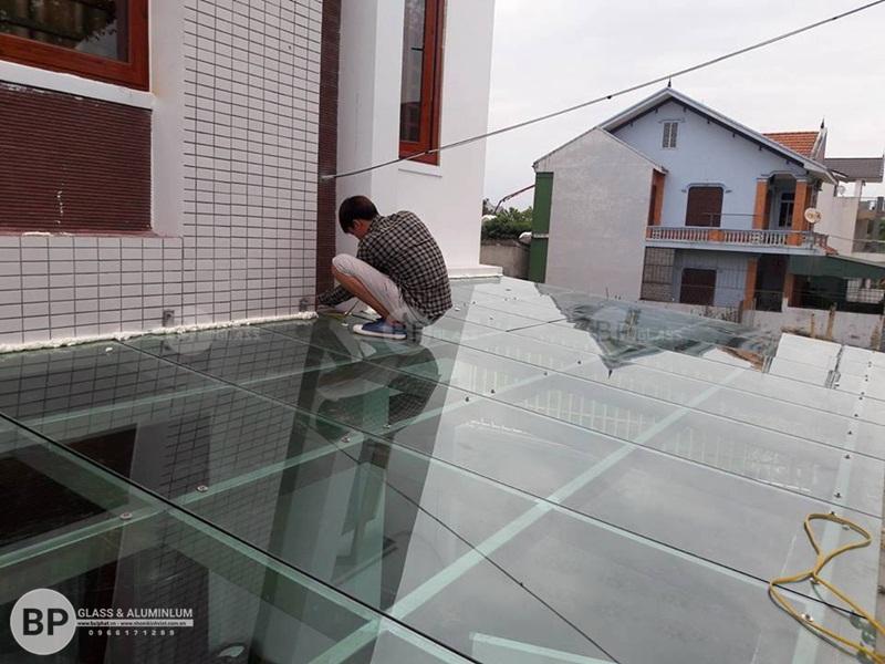 Lắp mái kính khung sắt cho nhà Anh Kiên Hà Đông