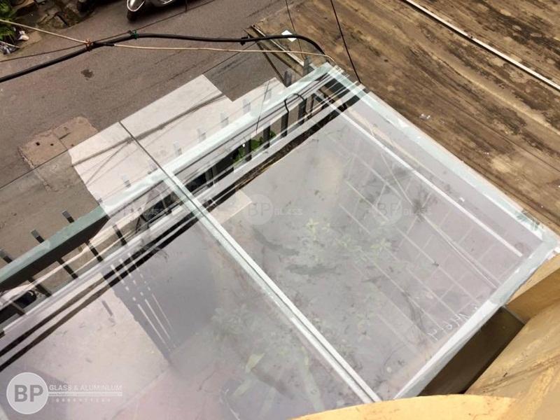 Lắp mái che bằng kính 12mm cường lực tại quận 12, HCM