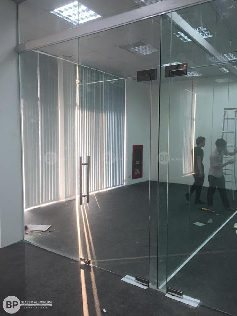 Hoàn thiện vách kính cường lực văn phòng Trung Yên Plazza