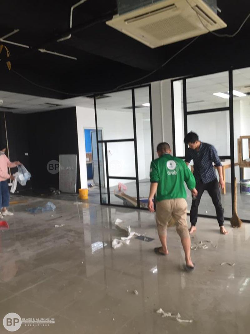 Thi công vách ngăn kính khung sắt cho văn phòng Chùa Nền