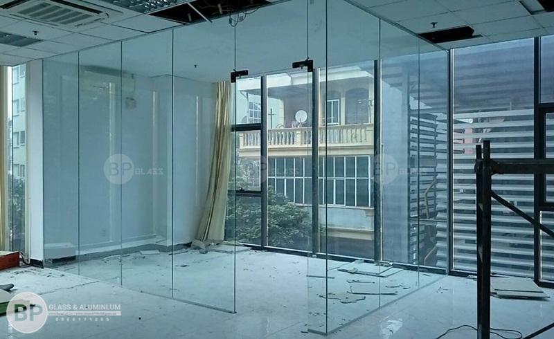 Lắp vách ngăn kính chịu lực đẹp văn phòng Mỹ đình Plazza
