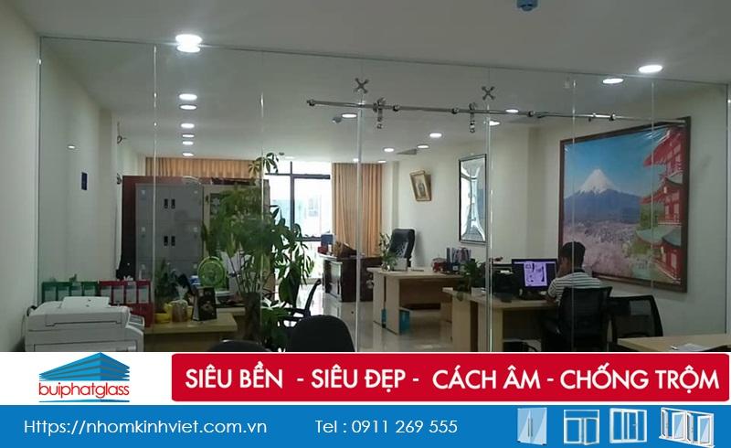 Cửa kính văn phòng trượt treo ray inox phi 25 ở Nguyễn Văn Huyên