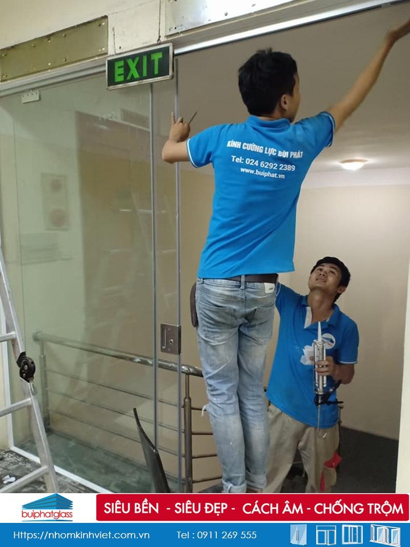 Lắp cửa kính lùa ngăn cầu thang tại Quán Thánh