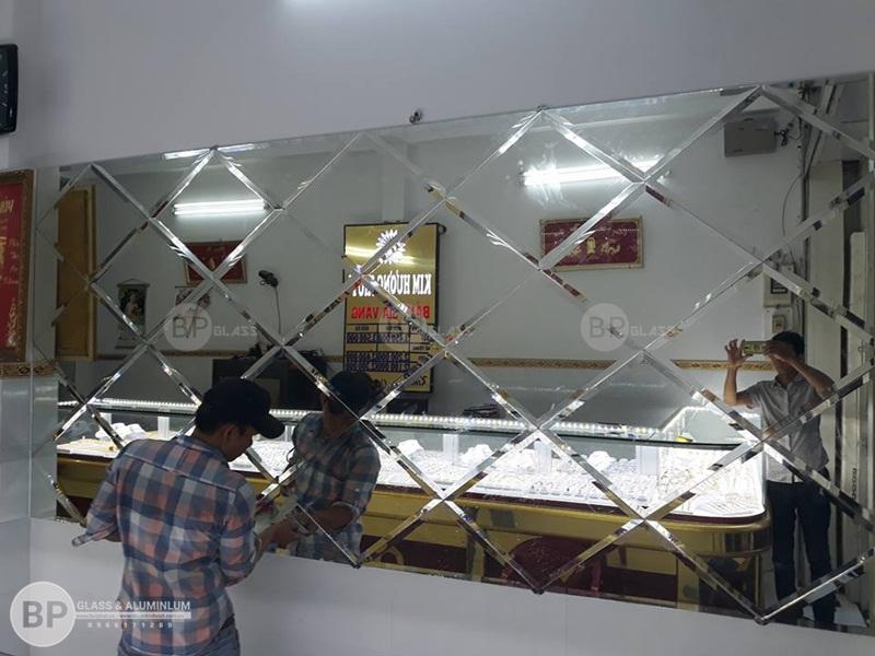 Thi công gương ghép ô trang trí cho tiệm vàng Nguyễn Sỹ sách