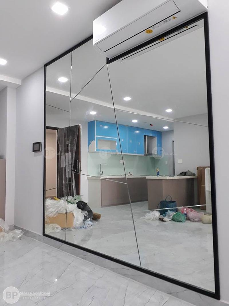 Gương trang trí phòng khách hiện đại nhà chị Châu Phố Cổ