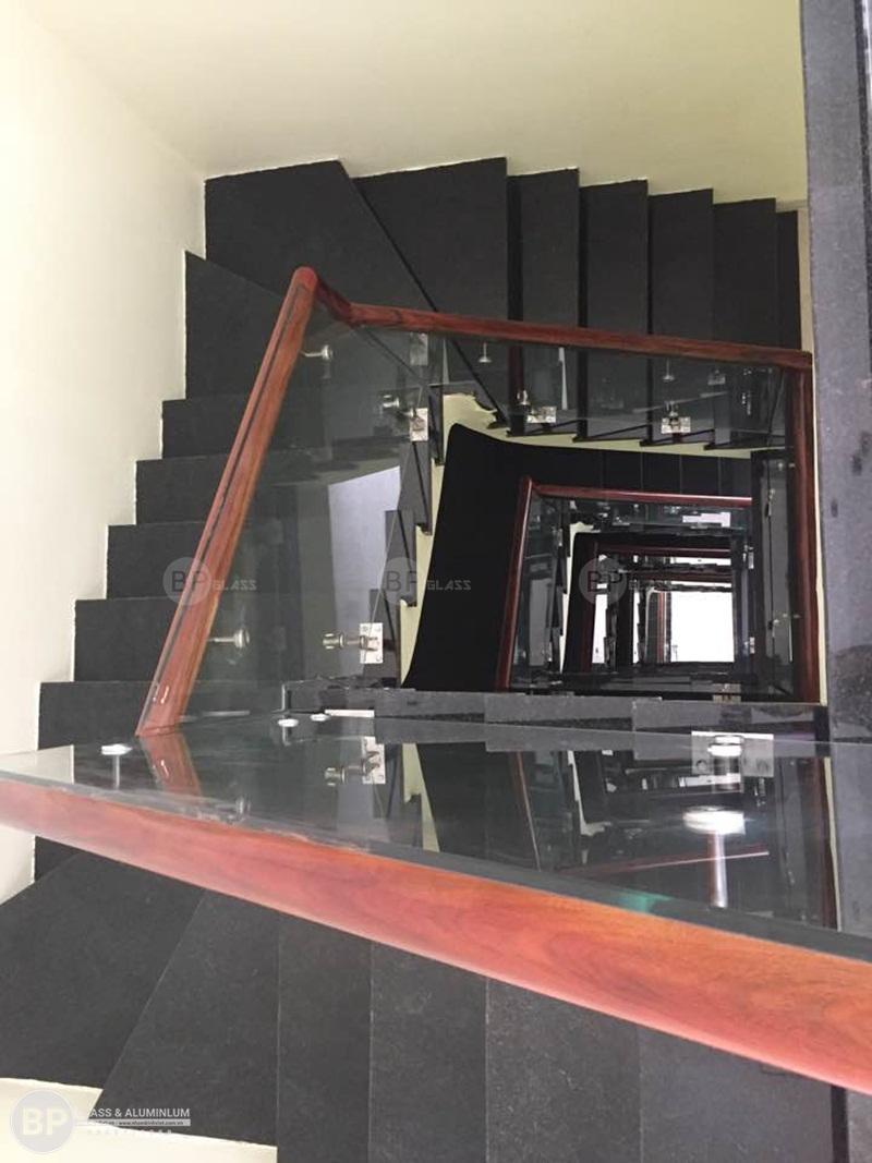 Cầu thang kính cường lực trụ thấp nhà anh Hậu Mậu Lương