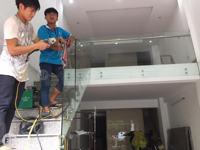 Thi công cầu thang kính bắt tay vịn inox tại 35 Trung Kính