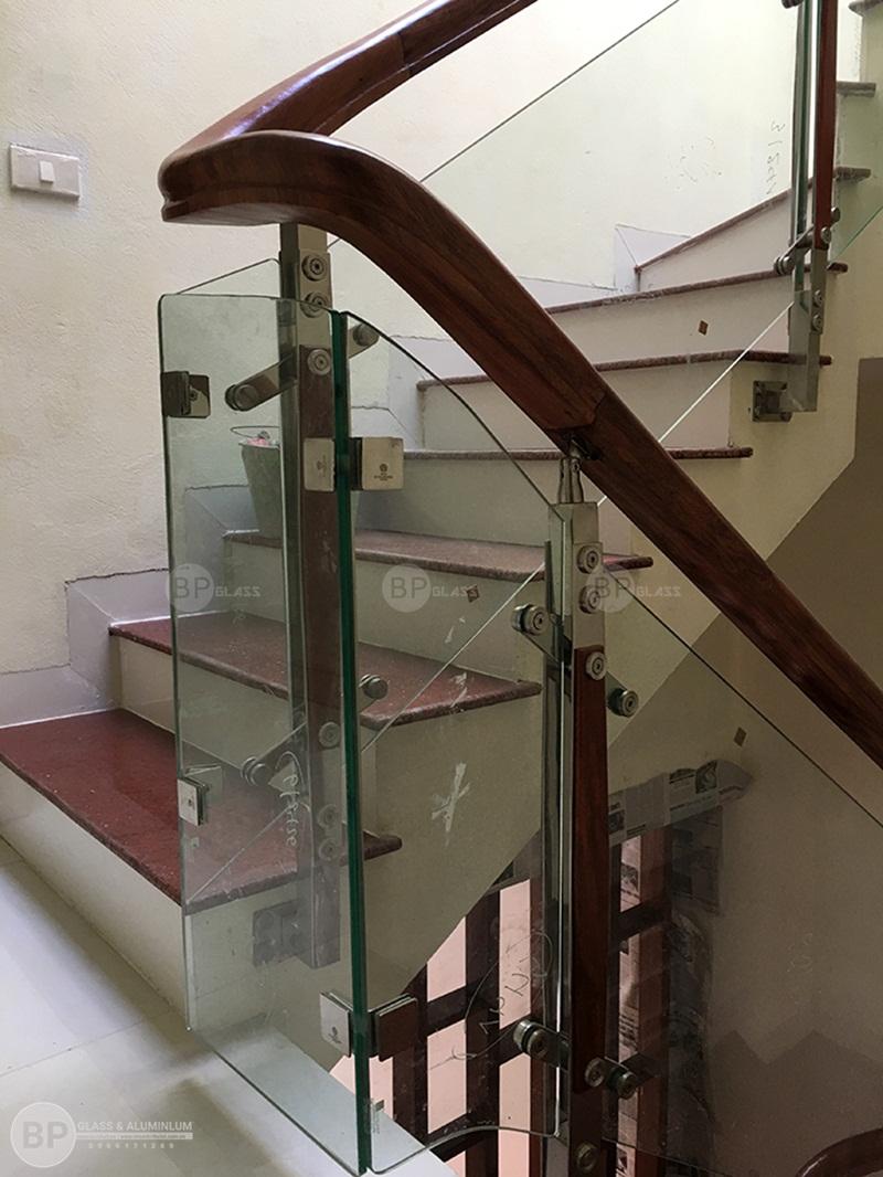cầu thang kính ốp má ngoài tại ngã tư sở nhà chị Yến