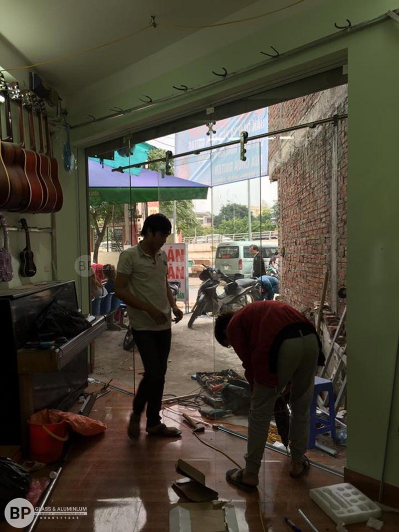 Cửa kính lùa treo phi 25 Số 9 Phạm Văn Đồng