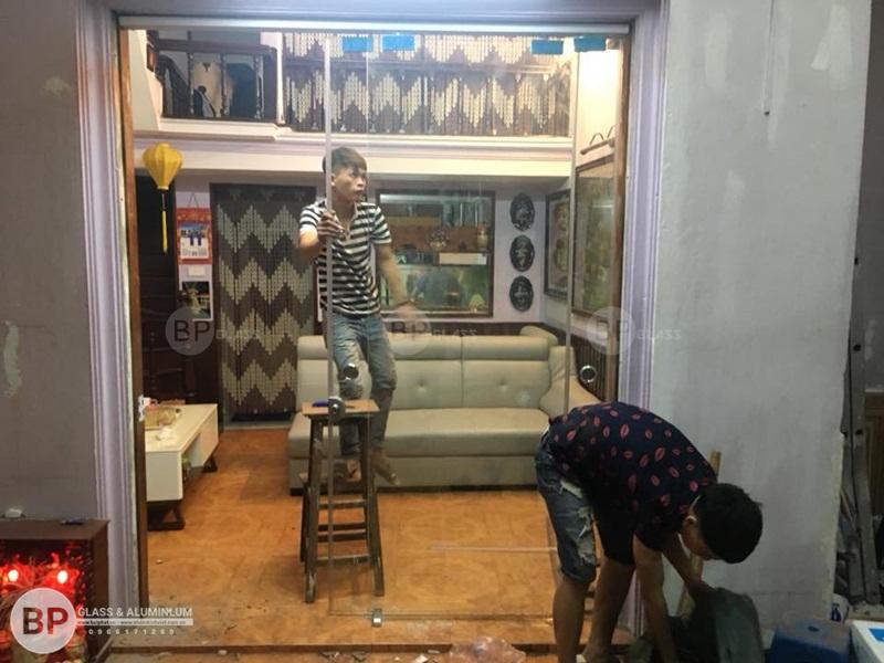 cửa kính trượt ray treo cô nguyệt 687 Minh Khai