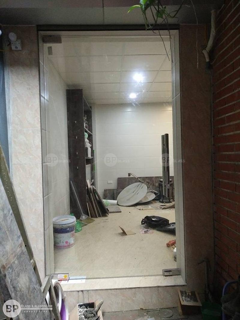 thi công lắp đặt cửa kính thủy lực 1 canh tại số 76 Trần Xuân Soạn