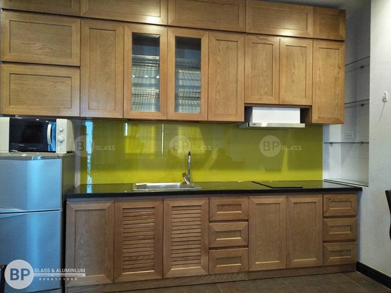 Hoàn thiện kính bếp màu vàng cốm nhà cô Khuê Hoàn Kiếm
