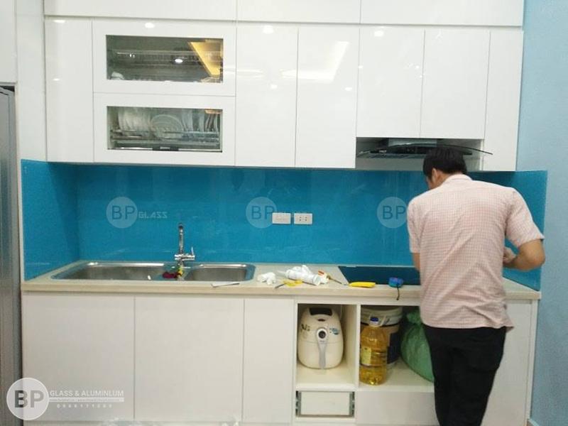 Lắp kính màu ốp tường bếp màu xanh Lơ tại 107 Võ Chí Công