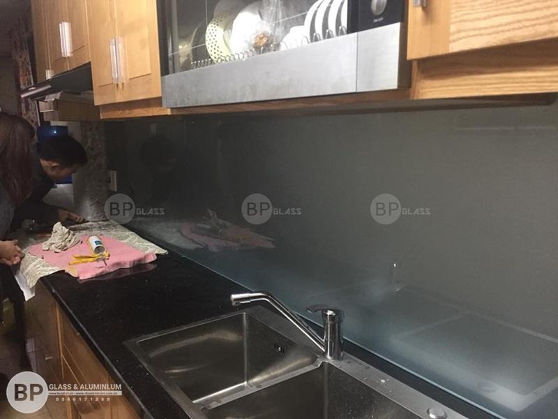 Lắp kính bếp màu ghi sáng giá rẻ tại Ao Sen Hà Đông